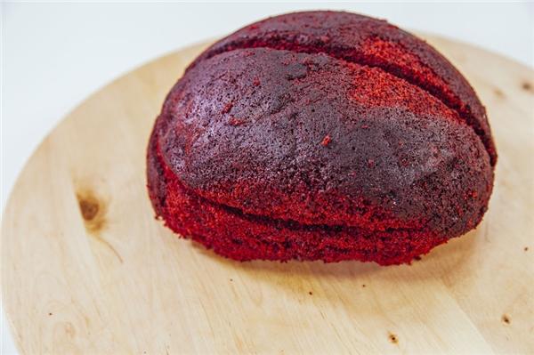 Sử dụng phần cốt bánh là bánh velvet đỏ để tăng độ thật cho mónbánh.Đầu tiên, dùng dao nhẹ nhàng tạo hình bộ não cho chiếc bánh như hình. (Nguồn: Internet)