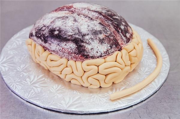 Lănít bột và gắn lên bánh để tạo những nếp nhăn của não. (Ảnh: Internet)