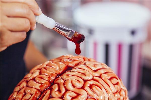 Đừng quên một ít si rô đỏ quét lên trên bề mặt não. (Ảnh: Internet)