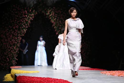 Thanh Hằng lộng lẫy trên sàn catwalk tràn ngập hoa hồng