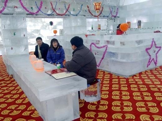 Bữa tối tại nhà hàng băng giá ở Harbin, Trung Quốc. Nhà hàng có công suất phục vụ 100 khách này là một phần của triển lãm tượng băng và điêu khắc tuyết.