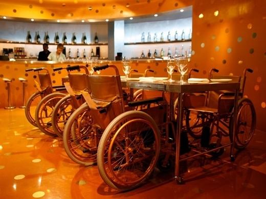Nhà hàng Aurum ở Singapore sử dụng công nghệ độc đáo được gọi là ẩm thực phân tử, phương pháp khoa học tạo hương vị mới cho đồ ăn. Tuy nhiên, không ai hiểu lý do tại sao nhà hàng này dùng xe lăn làm ghế ngồi cho thực khách.