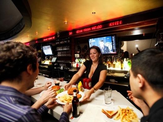 Quán The Exchange Bar & Grill ở New York, Mỹ được trang trí giống như sàn giao dịch thị trường chứng khoán. Giá đồ ăn thức uống dao động như giá cổ phiếu tùy theo yêu cầu của khách.
