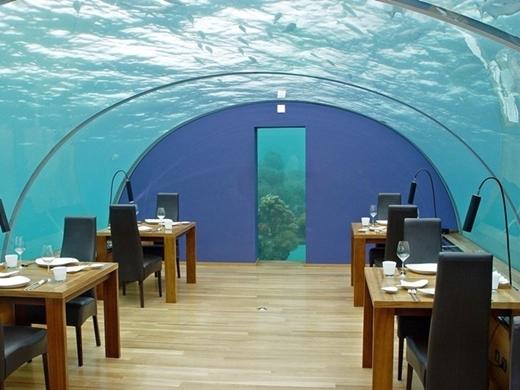 Nhà hàng Ithaa ở hòn đảo Maldives, Rangali nằm ở độ sâu 5 m dưới Ấn Độ Dương, được tờ New York Daily News bình chọn là nhà hàng đẹp nhất năm 2014.