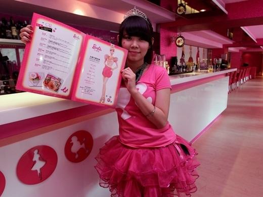 Nhân viên phục vụ tại một quán cà phê phong cách Barbie ở Đài Bắc năm 2013. Quán này có trang trí và đồ dùng lấy cảm hứng từ những búp bê Mattel.