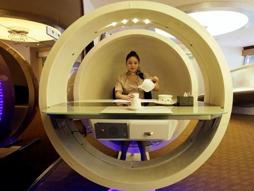 Một nữ phục vụ đang rót trà trong gian nhà hàng hình trứng với chủ đề máy bay Airbus A380 ở Trùng Khánh, Trung Quốc. Nhà hàng có 6 phòng riêng cho khách.