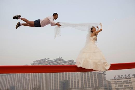 Li Wei (SN: 1970) là một nghệ sĩ theo trường phái nghệ thuật đương đại nổi tiếng của Bắc Kinh, Trung Quốc. Công việc của ông là sự kết hợp của nghệ thuật trình diễn và nhiếp ảnh để tạo ra những tác phẩm nghệ thuật nguy hiểm.
