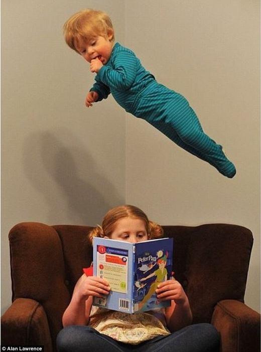 Hay đơn giản hơn là ở nhà xem chị gái đọc sách.