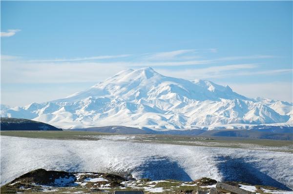 Elbrus là ngọn núi khổng lồ với hai đỉnh núi hình tròn vươn cao trên bầu trời Kavkaz.(Nguồn: Internet)
