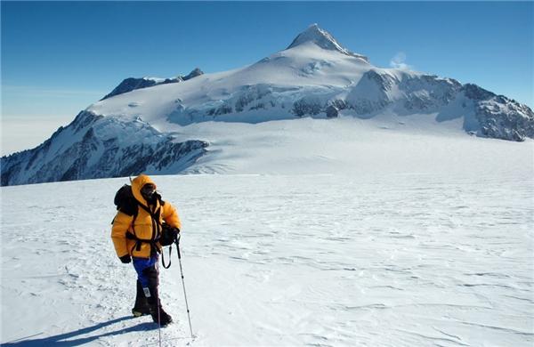 Ông vua của những đỉnh núi ở châu Nam Cực lạnh giá không gì khác chính là đỉnh Vinson với chiềudài 21km, rộng 13km và cao 4.892m, cách cực Nam của Trái đất 1.200km.(Nguồn: Internet)