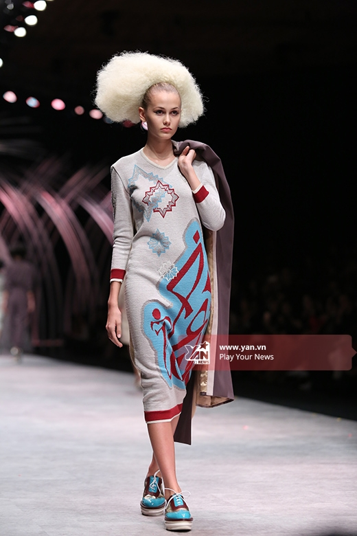 Đặc biệt, các người mẫu trình diễn cho bộ sưu tập của nhà thiết kế Julien Fournie gây ấn tượng bởi mái tóc được đánh xù hết cỡ.
