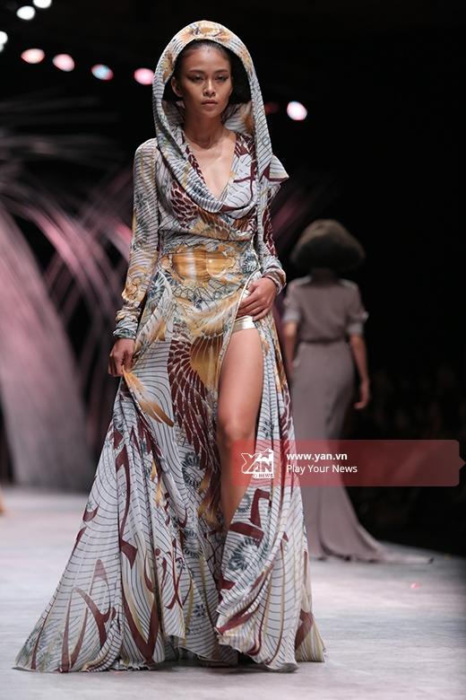 Mâu Thanh Thủy trình diễn chiếc váy có phom độc đáo với chất liệu mềm rũ, nhẹ nhàng.