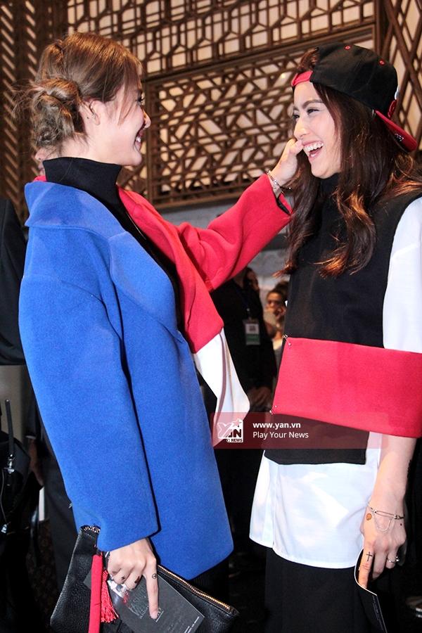 Bộ trang phụcphù hợp vớicá tính rất riêng của 2 cô gái trẻ: tinh nghịch, năng động, quái chiêu. - Tin sao Viet - Tin tuc sao Viet - Scandal sao Viet - Tin tuc cua Sao - Tin cua Sao