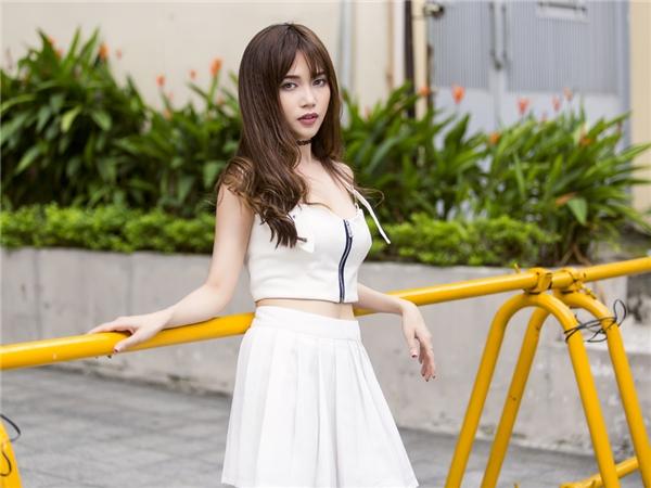 Nàng ế Sĩ Thanh trẻ trung như nữ sinh khi dạo phố một mình