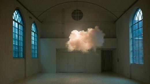 Có bao giờ bạn tưởng tượng mây sẽ lơ lủng trong phòng mình? Nếu chưa, hãy ghé thăm căn phòng của nghệ sĩ Berndnaut Smilde. Ông đã hòa trộn nghệ thuật và khoa học để tạo ra căn phòng với những đám mây nhân tạo. Mây được tạo thành từ máy phun sương và chỉtồn tại trong một khoảngthời giannhất định trước khi tan biến đi. (Ảnh: Internet)