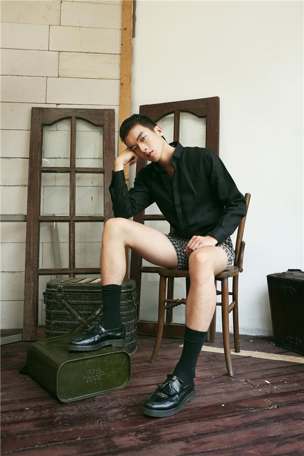 Sự kết hợp đồng bộ giữa vớcao cổ và giày da lộn giúp tổng thể trở nên đặc sắc hơn.