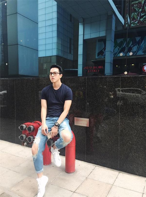 Minh Châucũng là một trong những chàng hot boy Hà thành chuộng thời trang cá tính, bụi bặm. (Ảnh: Internet)