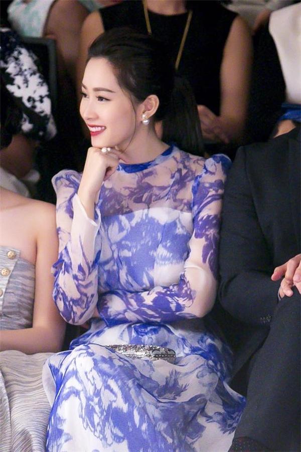 Tóc Tiên, Thu Thảo nổi bần bật trên thảm đỏ Vietnam International Fashion Week
