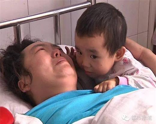 Chị bật khóc khi nghĩ đến những vất vả củađứa con tội nghiệp. (Ảnh Internet)