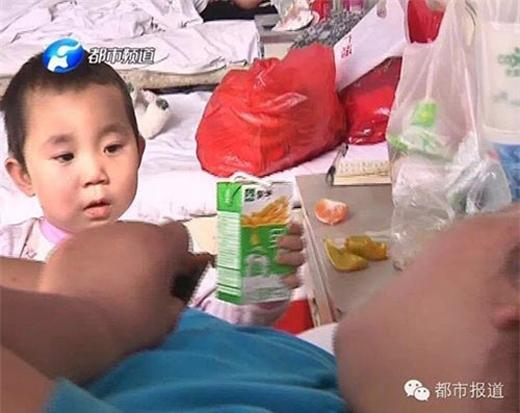 Qianqian đút sữa cho mẹ. (Ảnh Internet)