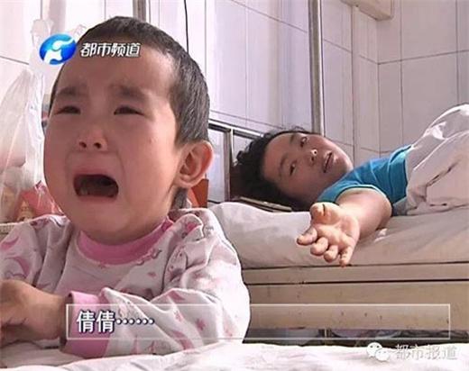 Nhiều lần Qianqian bật khóc vì sợ hãi nhưng mẹ đã an ủi và vỗ về em. (Ảnh Internet)