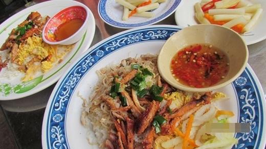 Không giống như một số quán cơm tấm ở Sài Gòn, thịt nướng ở đây được thái lát dài và mỏng.(Nguồn: Internet)