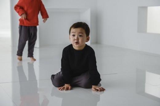 Mê mẩn với sự đáng yêu của bộ 3 nhà Song trong loạt ảnh quảng cáo mới
