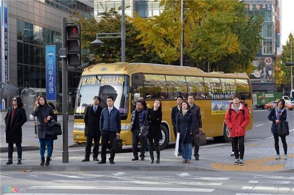 Người Hàn Quốc văn minh như người phương Tây, đi bộ nhiều, sử dụng phương tiện công cộng là chính ngoài xe hơi. Họ tôn trọng luật giao thông và có ý thức hơn hẳn người dân ở nhiều nước khác trong khu vực châu Á, đi bộ đúng lối, chờ đèn tín hiệu tại hướng của mình chuyển hẳn sang màu xanh rồi mới di chuyển.Ngay cả các tài xế lái ôtô cũng luôn nhường người đi bộ ở những nơi không có đèn tín hiệu giao thông.