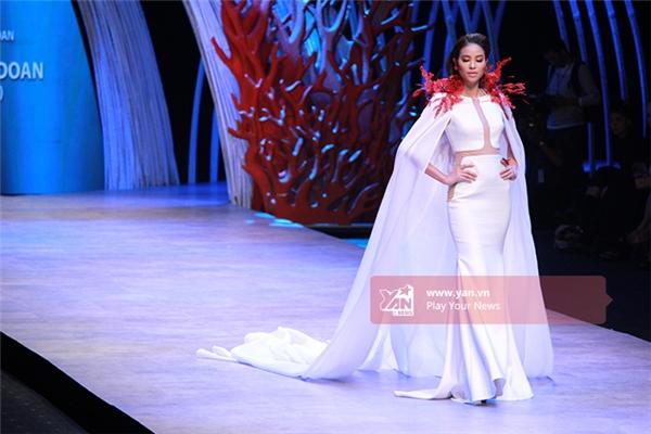 Phạm Hương cuốn hút tựa nữ thần biển cả.Người đẹp khoác lên mình bộ cánh trắng tinh tế với phần chân váy đuôi cá sang trọng.