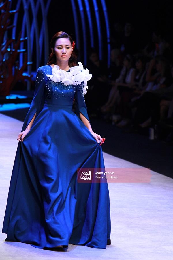 Á hậu Hoàn Vũ Việt Nam 2015 Trà Mylần đầu tiên thử sức với vai trò người mẫu. Và đây cũnglà lần đầu cô hợp tác cùng NTK Vincent Đoàn.