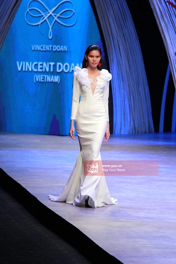 Chiếc váy trắng với đường xẻ sâu ở ngực bó sát vòng eo nhận được không ít lời khen từ giới mộ điệu thời trang.