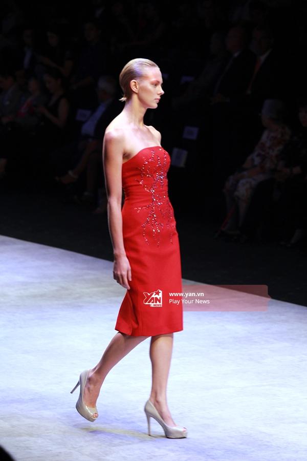 Một mẫu thiết kế cúp ngực ôm sát cótông màu đỏ rực rỡ.