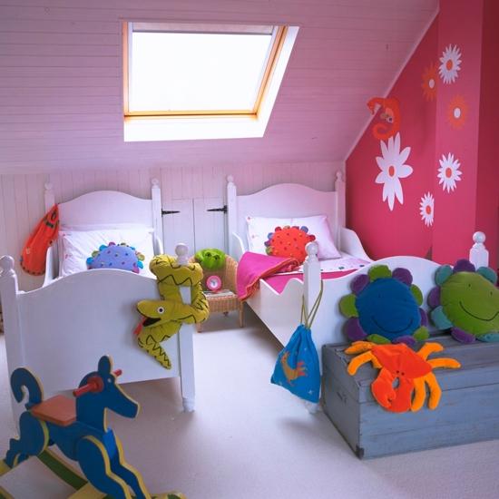 Nếu bạn lựa chọn phòng áp mái cho phòng ngủ của bé thì đừng nên chọn màu tường rực rỡ. Ánh sáng cùng nội thất phòng trẻ sẽ khiến bạn cảm thấy chật chội hơn. Bạn hãy luôn đảm bảo việc sử dụng những nội thất tối giản nhất để đem lại hiệu quả không gian như mong đợi.