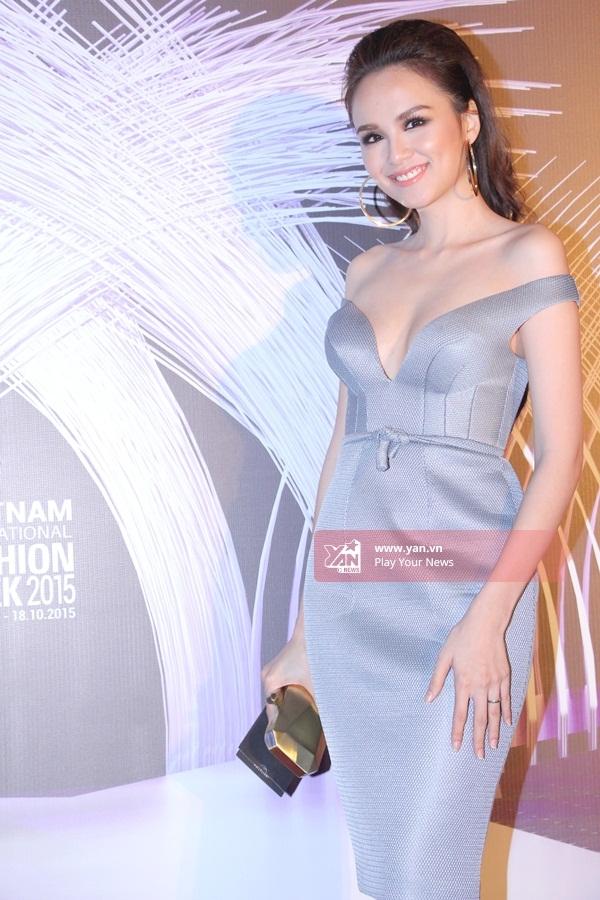 Hoa hậu Diễm Hương khoe trọn đôi vai trần đầy gợi cảm cùng làn da trắng mịn màng. - Tin sao Viet - Tin tuc sao Viet - Scandal sao Viet - Tin tuc cua Sao - Tin cua Sao