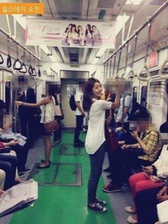 Sojin (Girl's Day) thích thú khoe ảnh trên tàu điện trong khi mọi người xung quanh bận rộn không nhận ra nữ thần tượng.
