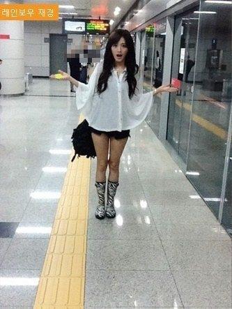 Cô nàng Jaekyung (Rainbow) cũng chọn trang phục đơn giản, phù hợp khi sử dụng tàu điện ngầm và quan trọng nhất vẫn là không để bị phát hiện.