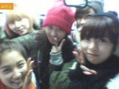 """Không chỉ 1mà cả 5 thành viên 4Minute cùng rủ nhau """"giải ngố"""" đi tàu điện ngầm và thật may mắn họ không bị mọi người nhận ra."""