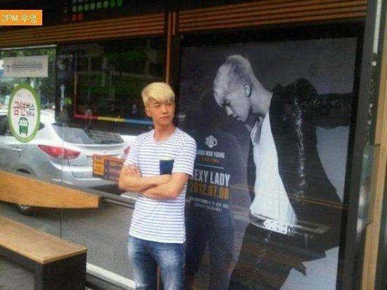 Tận dụng thời gian đứng chờ xe buýt, Woosung (2PM) không quên tạo dáng bên cạnh hình ảnh của mình.