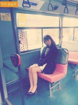 Han Seungyeon (Kara) trông không khác gì cô nhân viên công sở trên đường đi làm bằng xe buýt.