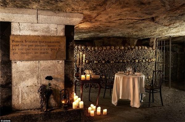 Du khách may mắn sẽ được trải nghiệm 1 đêm khó quên trong căn hầm mộ nổi tiếng nhất Paris.