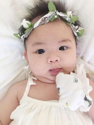 Bé Bồ Câu sở hữu gương mặt rất dễ thương, xinh xắn và có đôi mắt to tròn giống mẹ. - Tin sao Viet - Tin tuc sao Viet - Scandal sao Viet - Tin tuc cua Sao - Tin cua Sao
