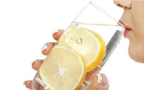 Nước chanh đường được nhiều người dùng để thanh lọc cơ thể. Ảnh minh họa:Smh.com.au.