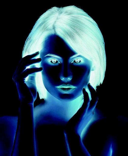 Cũng có một hiện tượng kháclà ảnh âm bản nhưng ta có thể giải thích được. Bạn có thể tập trung nhìn vào mũi cô gái 30 giây, sau đó nhìn vào một không gian màu trắng nào đó, bạn sẽ thấy một cô gái xinh đẹp. Nguyên nhân của hiện tượng này là sự đảo ngược vị trí của các mảng màu trong ảnh gốc, tức từ sáng thành tối và tối thành sáng. (Ảnh: Internet)