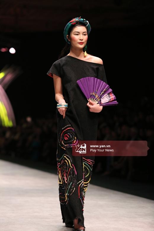 Helly Tống giữ vai trò mở màn cho bộ sưu tập của nhà thiết kế Thủy Nguyễn. Cô diện bộ váy suông rộng với điểm nhấn ở các chi tiết ánh kim in chìm, đắp nổi dọc theo chân váy.