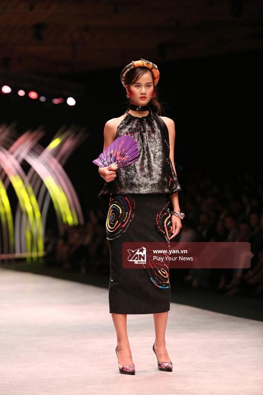 Chân dài Hương Ly - Quán quân Vietnam's Next Top Model 2015- ngày càng chuyên nghiệp hơn trên sàn diễn. Trong hai ngày đầu, cô đã được chọn diễncho nhiều nhà thiết kế.