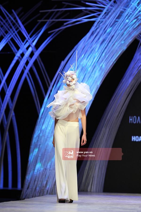 Ấn tượng người mẫu trùm mặt kín trình diễn catwalk