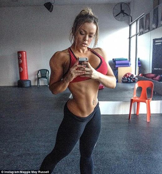 """""""Tôi tập luyện nghiêm ngặt 2 lần/ngày trong suốt tuần. Rất là căng thẳng và mệt mỏi. Tôi còn phải áp dụng thực đơn ăn kiêng khắc nghiệt nữa""""- Maggie chia sẻ. (Ảnh: Daily)"""