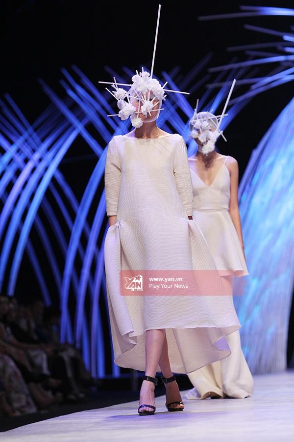 Ngoài những kiểu dáng cổ điển, Hoàng Minh Hà còn mang đến những xu hướng trong mùa Thu - Đông năm nay nhưáo trễ vai, quần ống loe rộng hay áo vest được cách điệu hiện đại, táo bạo.