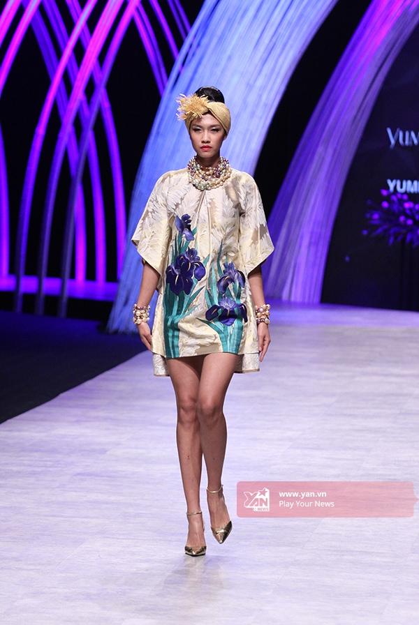 Tuy nhiên, nhà thiết kế kì cựu này lại gây bất ngờ khi giới thiệu những mẫu trang phụccao cấp mang đậm âm hưởng văn hóa truyền thống Nhật Bản trong phần tiếp theo của bộ sưu tập. Những chiếc áo kimono truyền thống đã được cách điệu trở nên mới lạ, độc đáo hơn.