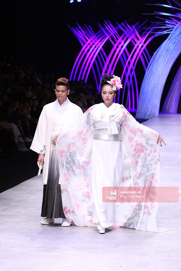 Một vài trang phục cưới nguyên bản của người Nhật Bản cũng được Yumi Katsura giới thiệu trong bộ sưu tập này. Chất liệu cùng màu sắc, họa tiết hiện đại khiến khán giả vô cùng thích thú.